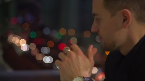 Szép ember feletti éjszakai város háttérben arra várnak, hogy valaki