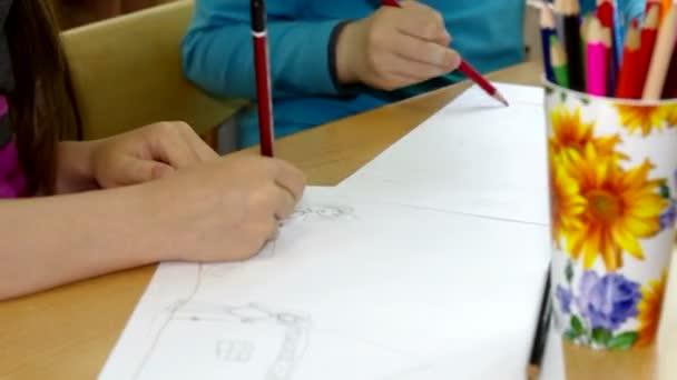 I bambini disegnano su una carta