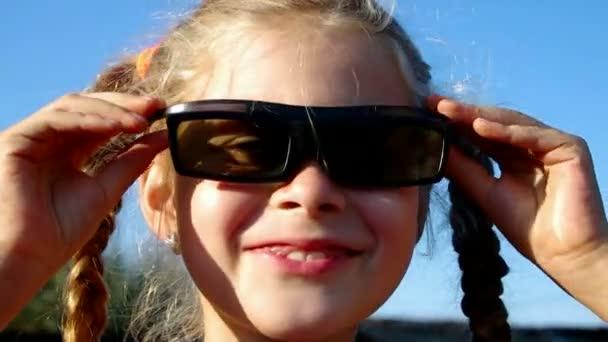 Dívka nosí 3d brýle