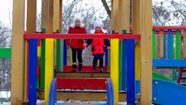 děti si hrají na dětském hřišti