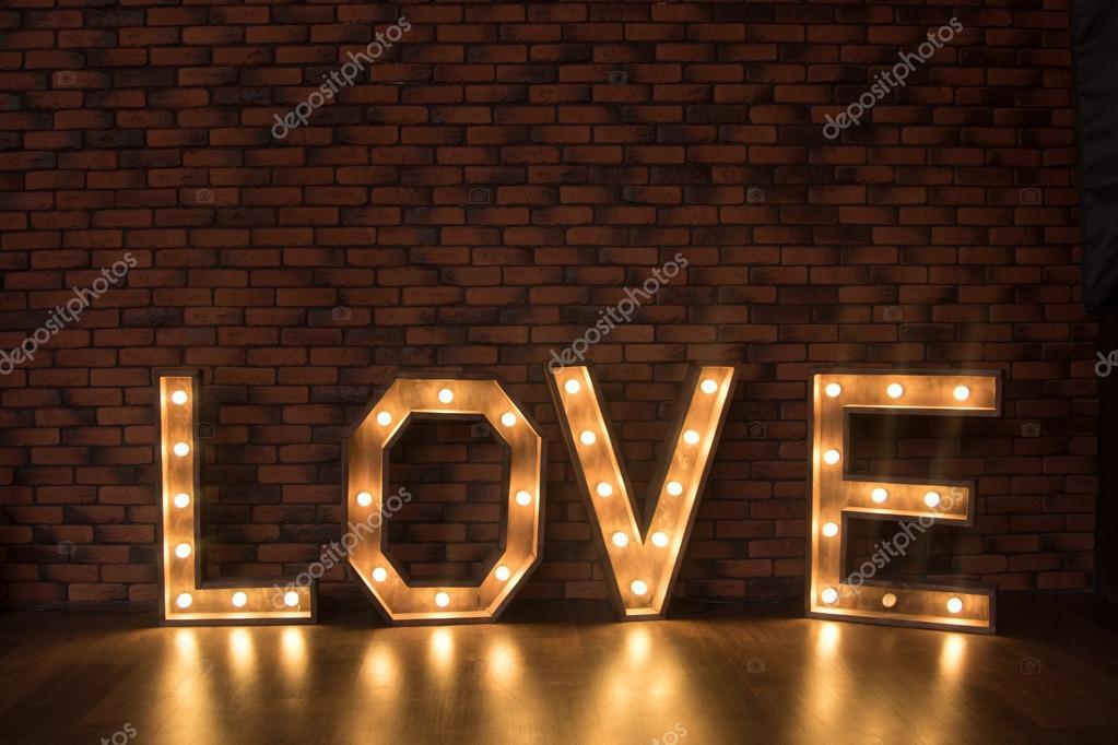 https://st2.depositphotos.com/6259308/10520/i/950/depositphotos_105206134-stockafbeelding-grote-houten-verlichte-letters.jpg