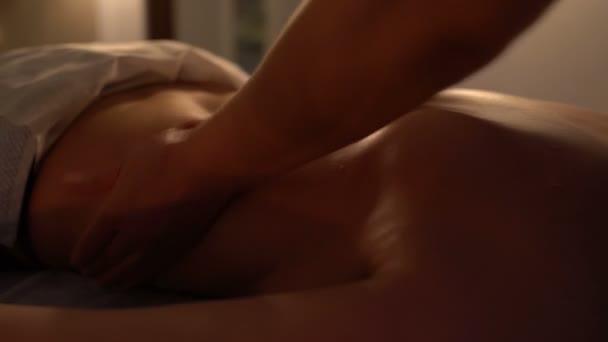 Masérka masíruje záda žena