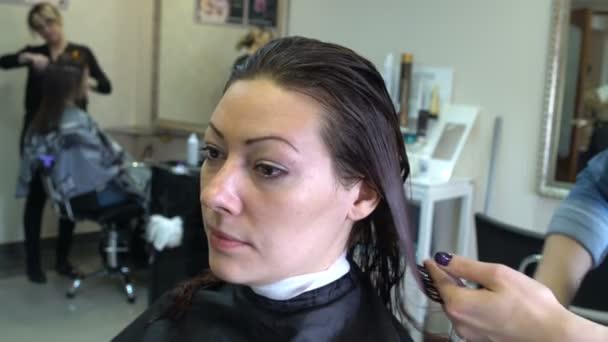 Kadeřník česání její vlasy žen