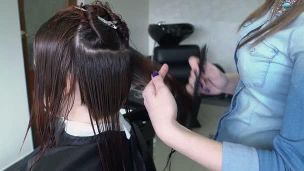 Stylist vágás womans haj
