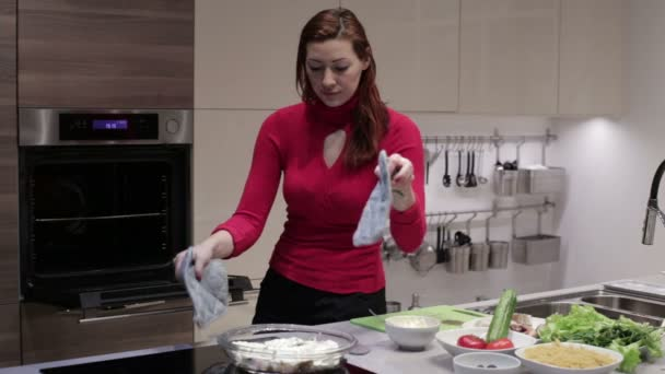 die Frau stellt das Gericht in den Ofen