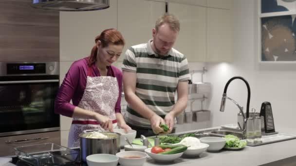 Rodina v kuchyni příprava večeře
