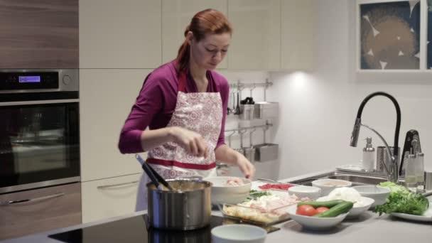 Die Frau in die Küche stellt Hackfleisch in form