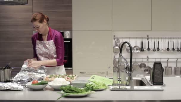 Frau in der Küche für Folie Teller mit Essen