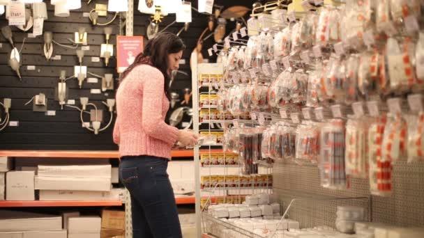 Nő vásárol elektromos