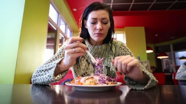Žena jíst tureckého Döner Kebab v Cafe