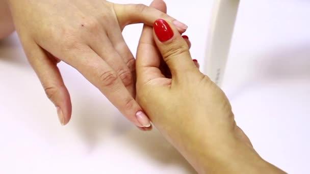 Manikúru. Ošetření nehtů nail soubor