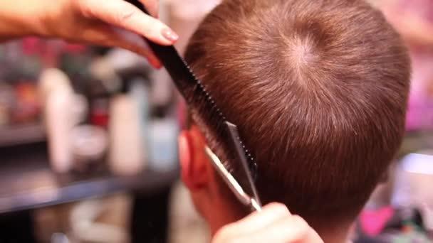 Férfi haj vágás ollóval, fodrászat