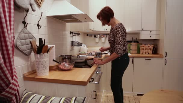 Žena v kuchyni zahrnuje sporák