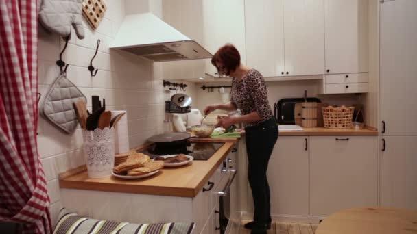 Žena vede salát s majonézou