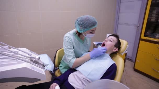 Lékař léčí chlapce zuby zubní vrtačky
