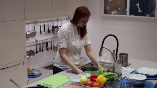 Frau in der Küche spült Geschirr in der Spüle
