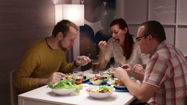Rodina jíst u stolu a diskuse