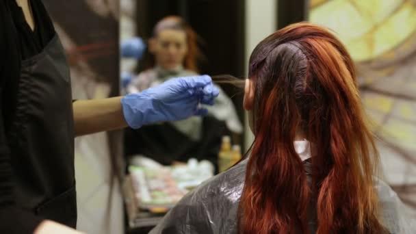 Barvení v salonu krásy vlasů