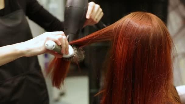 Vlasy, hřeben a fén na kosmetický salon
