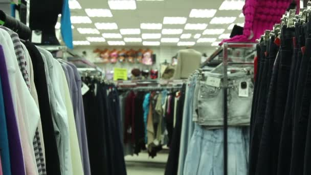 Bundy a džíny na ramínka v úložišti