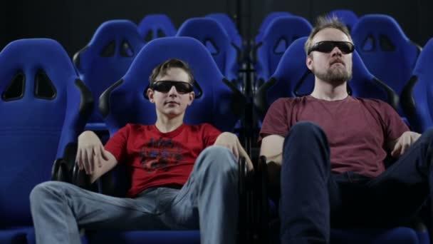 Mann und teen junge beobachten film im kino 5d