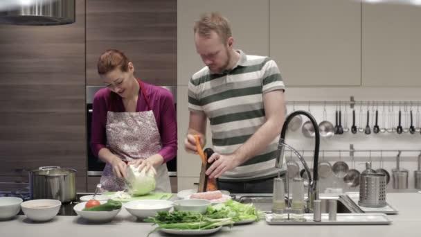 Schneiden Sie Gemuse In Der Kuche Mann Und Frau Stockvideo