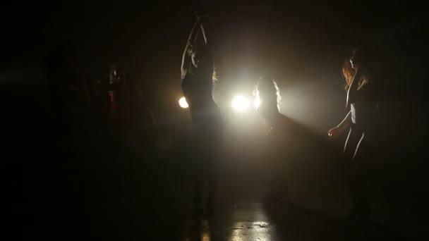 Pět holky vášnivě tanec proti světla