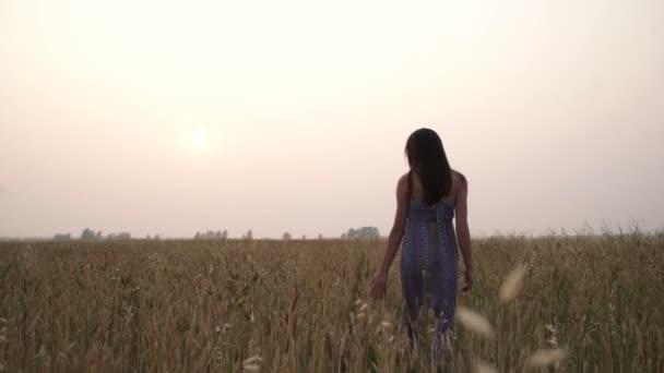 Mädchen im Weizenfeld