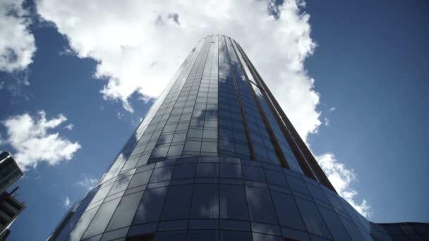 mrakodrap proti modré obloze