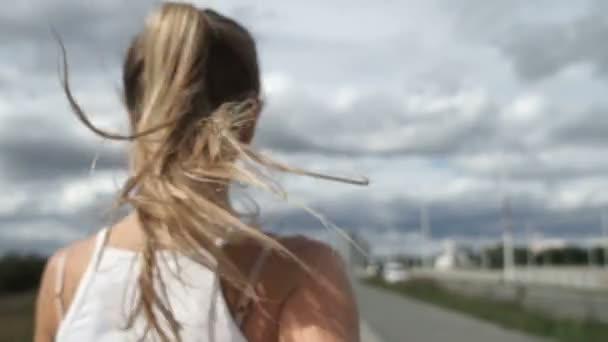 Ragazza con capelli biondi jogging