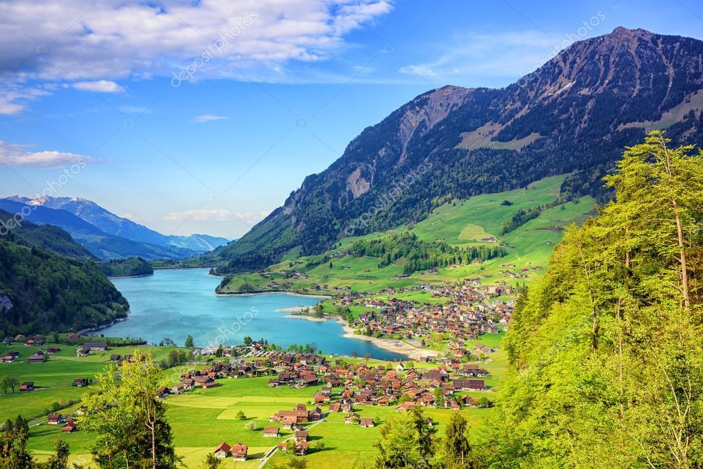 paesaggio alpino del lago e sulle montagne della svizzera