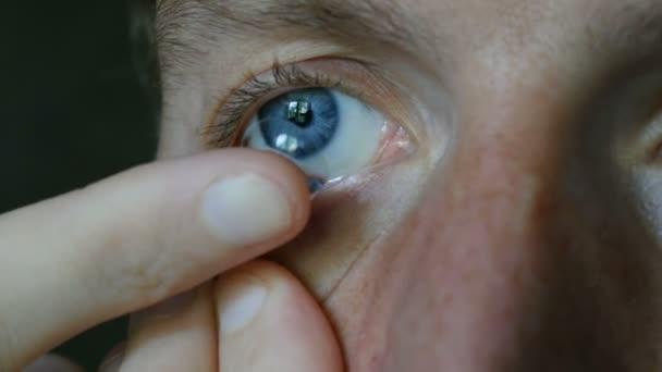 Kontaktní čočky v modré oko