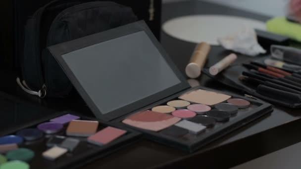 Oční stíny make-up nanáší štětcem