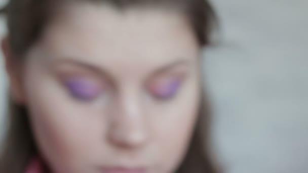 Dívka klade Eyeshadows s prstem