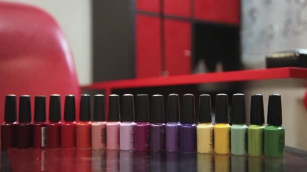 Bohatá paleta barev a odstínů laků