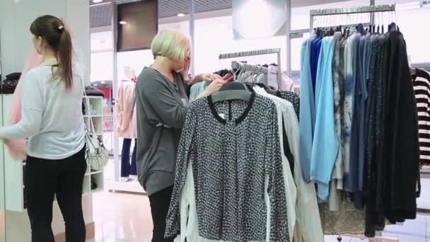 Holky v obchod s oblečením