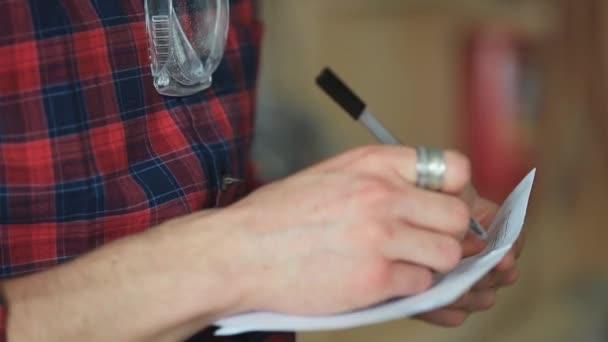 Männliche Handschrift mit Stift auf Papier