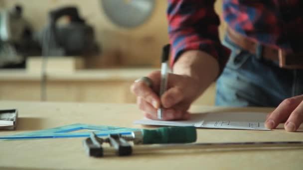 Mužské ruka kreslí design na papíře