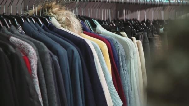 Prodej oblečení v obchodě