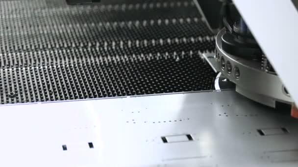 Automatizovaný stroj. CNC stroj při práci. Metalurgická výroba