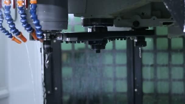 Lavorazione su Cnc con un sistema idraulico del metallo.