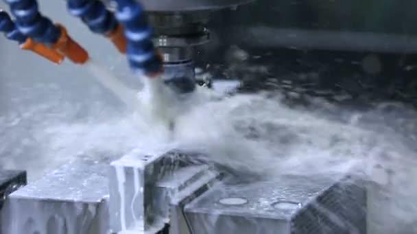 Lavorazione su Cnc con un sistema idraulico del metallo. Foratura metallo