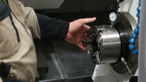 Macchina di lavorazione dei metalli con il primo piano di lavoratore mani e sistema idraulico
