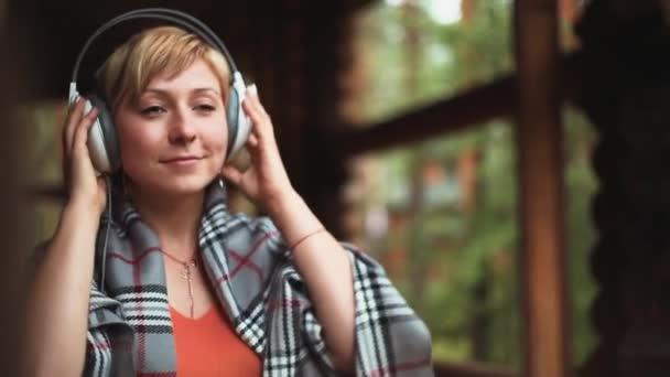 Dívka nosí sluchátka a poslouchat hudbu