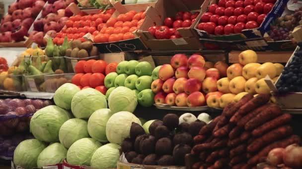 Čerstvá zelenina a ovoce na policích