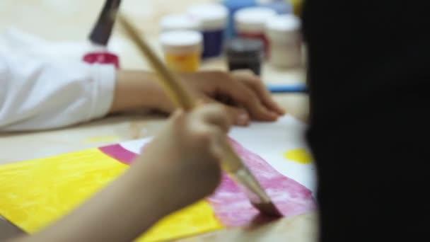 Zwei Pinsel und Farben auf Papier malen