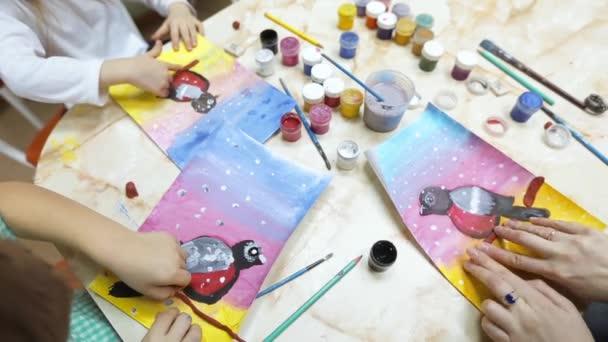 A gyerekek kézműves. Akvarell, rajz- és agyag