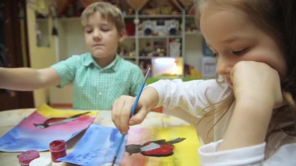 Tehetséges, kreatív gyerekek ecset