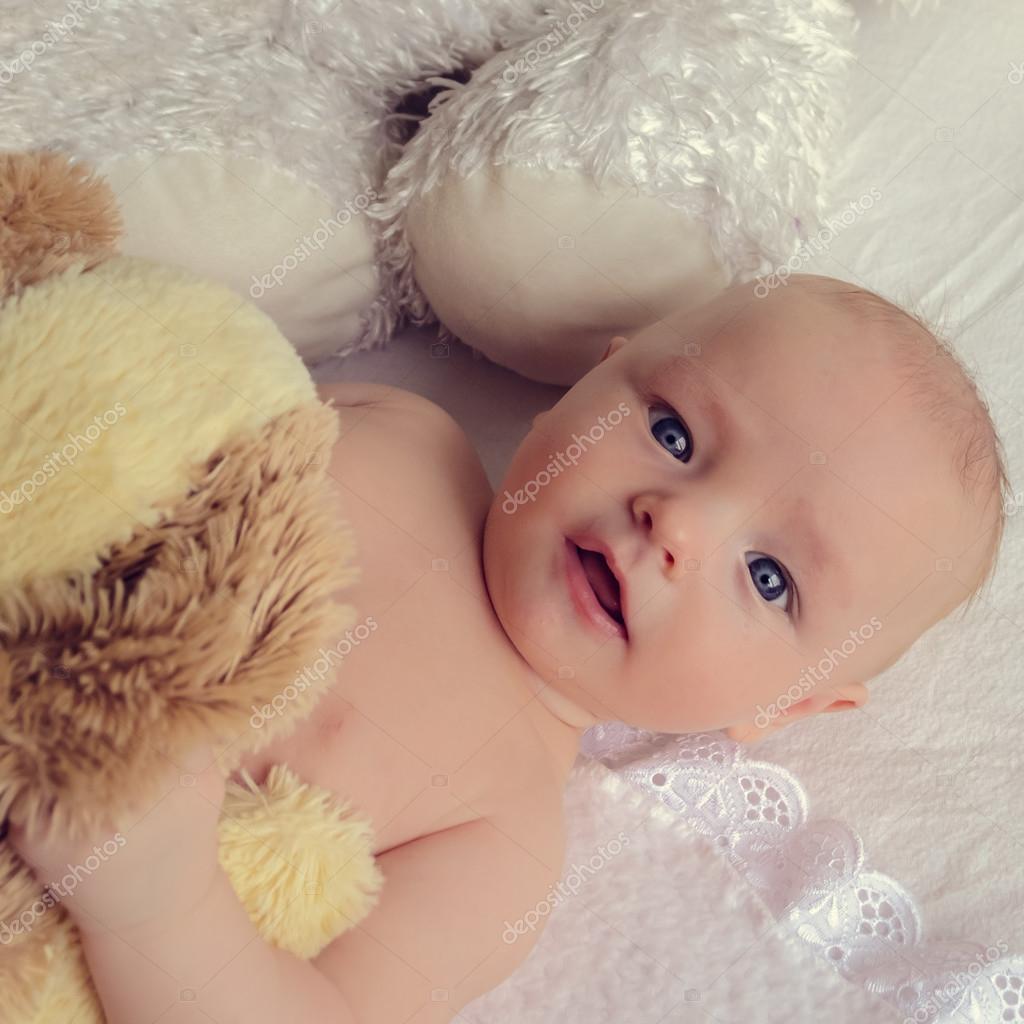 hermoso bebé con ojos azules — Fotos de Stock © NelliSyr #91302816