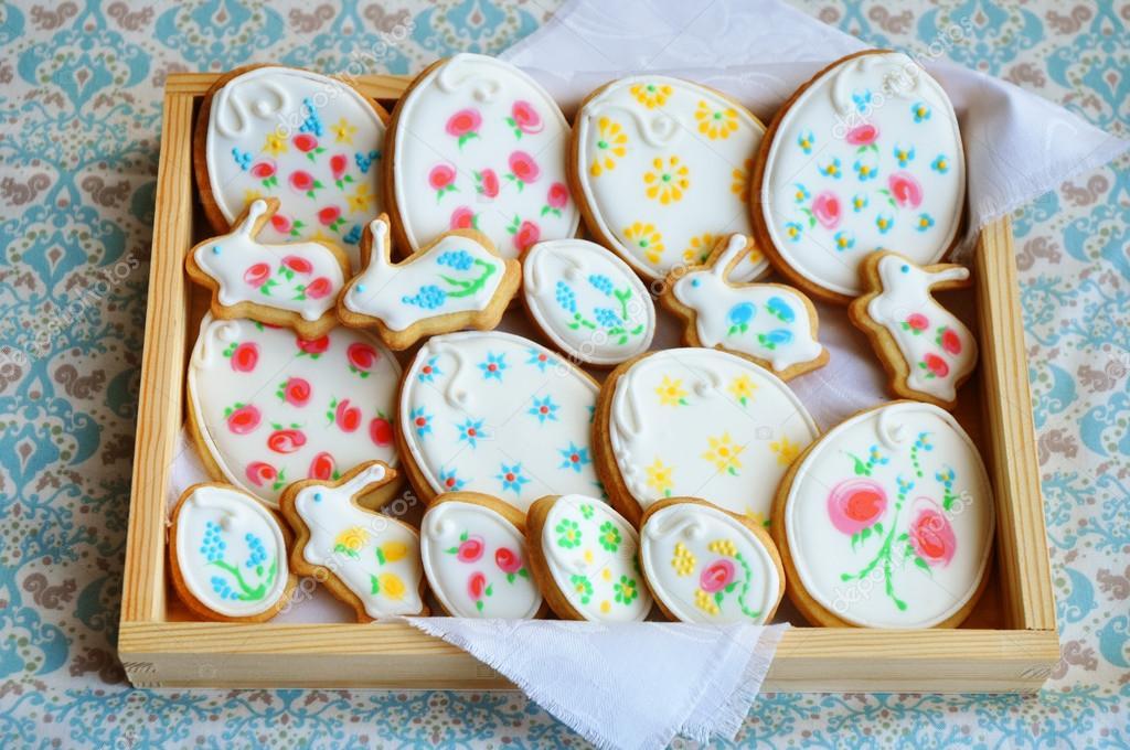 Biscotti di Pasqua decorati con ghiaccia reale\u2013 immagine stock